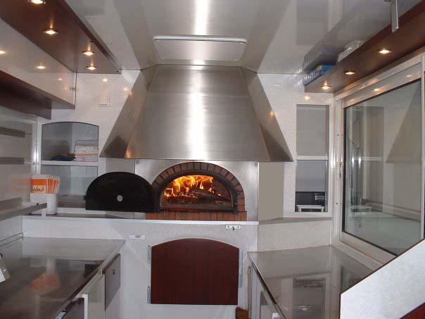 Pizza au feu de bois dans le camion pizza